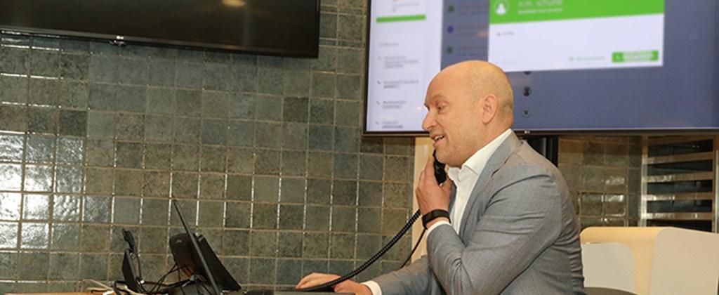 DeltaWonen's adjunct-directeur van de afdeling klant & wonen, Martijn Sweitser, stond de eerste klant te woord met behulp van het nieuwe systeem.