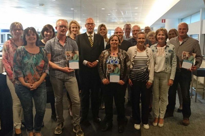 Vrijwilligers ontvangen het certificaat om laaggeletterden met een betalingsachterstand beter te kunnen helpen